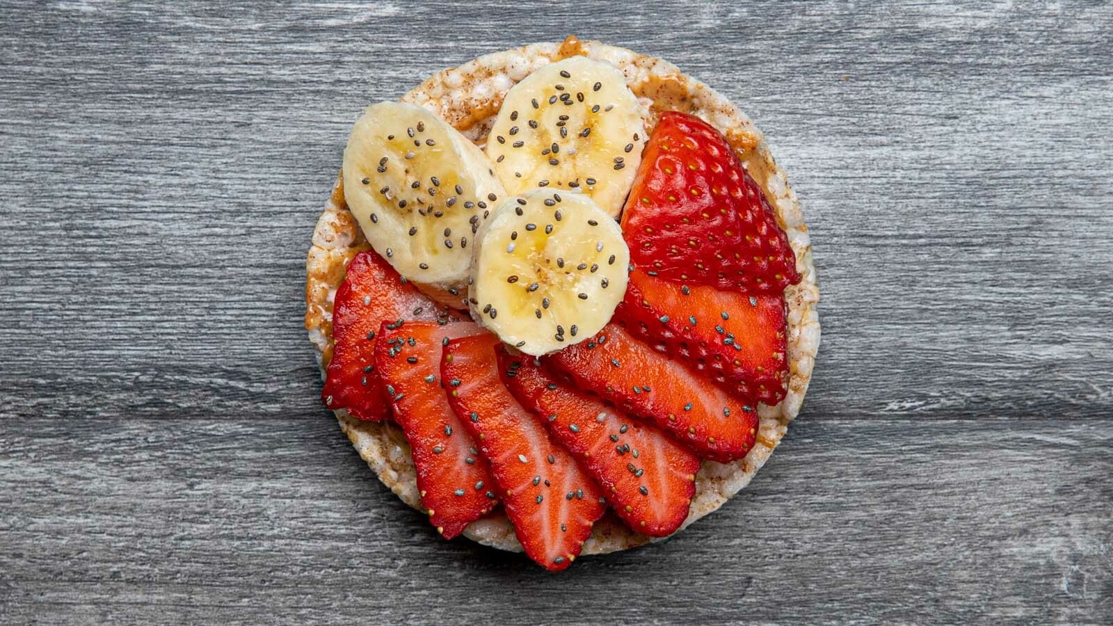 Rice cake with bananas and strawberries